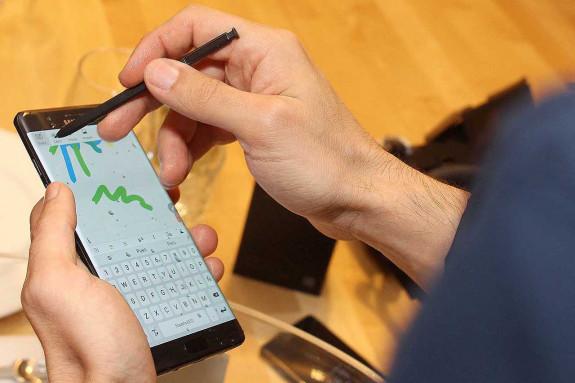 O Galaxy Note7 pode empregarse mollado grazas ao S Pen