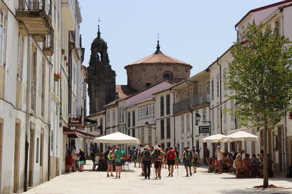Los peregrinos abarrotan la rúa Carretas a principios de septiembre. La apertura del Centro de Acollida ha cambiado por completo la vida de la calle  - FOTO: C.D.U.