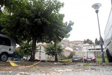 PARQUIN DE BELVÍS Una cinta de seguridad separa dos plazas especialmente sensibles por el mal estado del pavimento  - FOTO: L.E.