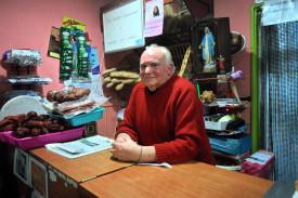 Julio González Martínez leva as rendas do Artilleiro, en Vista Alegre, desde hai máis dun cuarto de século - FOTO: G.L.O.