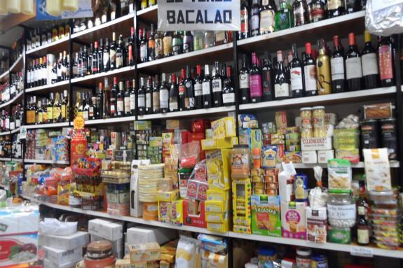 Viños, conservas, queixos, galletas... Os ultramarinos de toda a vida atesouran produtos de todo tipo - FOTO: G.L.O.