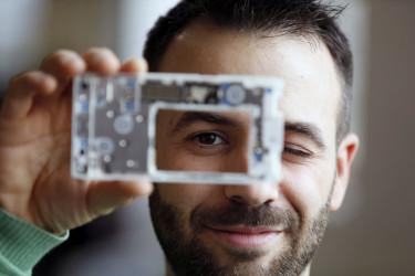 El cofundador de la empresa social Fairphone Miquel Ballester, con la placa de su teléfono modular durante la entrevista con EFE donde participa en el Festival de Tecnologías Creativas 'Maker Faire', este teléfono del que han vendido más de 100.000 unidades, diseñado para facilitar su reparación y no ser desechado - FOTO: LUIS TEJIDO