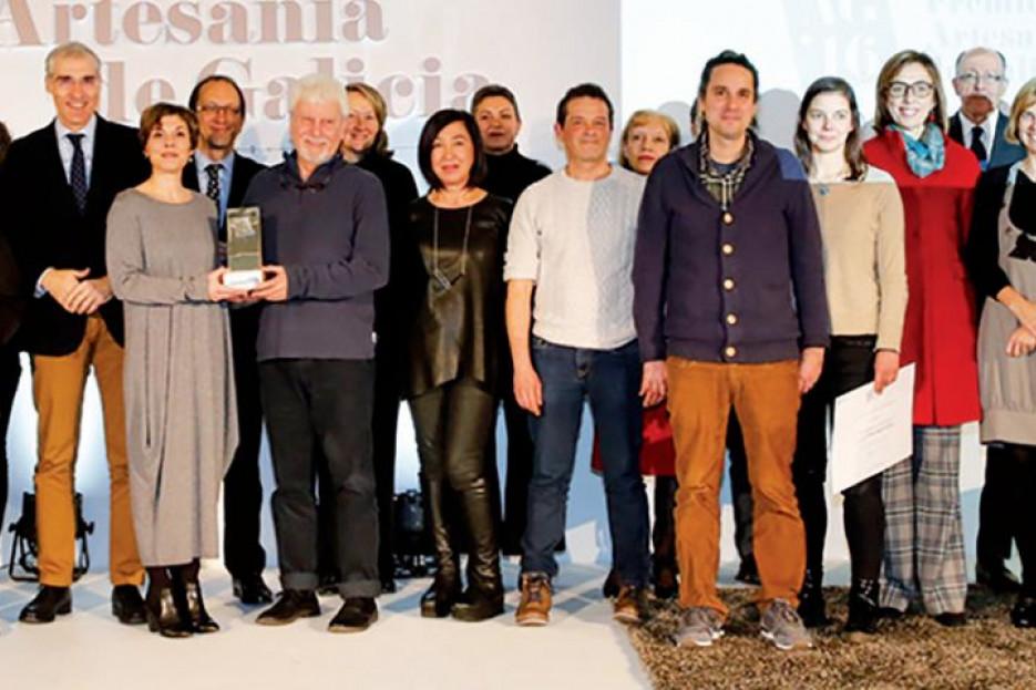 FOTO DE FAMILIA de los premiados y autoridades presentes en la ceremonia de los Premios de Artesanía de Galicia, que este año tuvo como escenario en Museo Gaiás