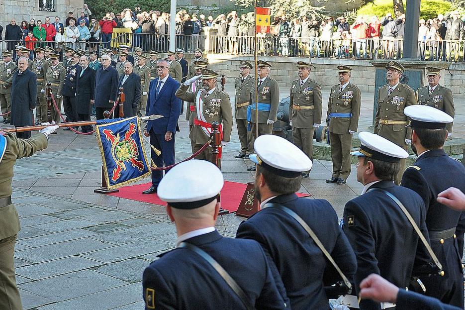 El general Francisco Javier Sánchez saluda el paso de las tropas, en la parada militar celebrada en A Coruña, al lado del delegado del Gobierno en Galicia, Santiago Villanueva