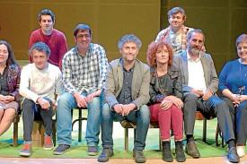 Pazó, no centro, con actores, o concelleiro de Cultura e o presidente de Telón e Aparte, en Carballo - FOTO: FIOT