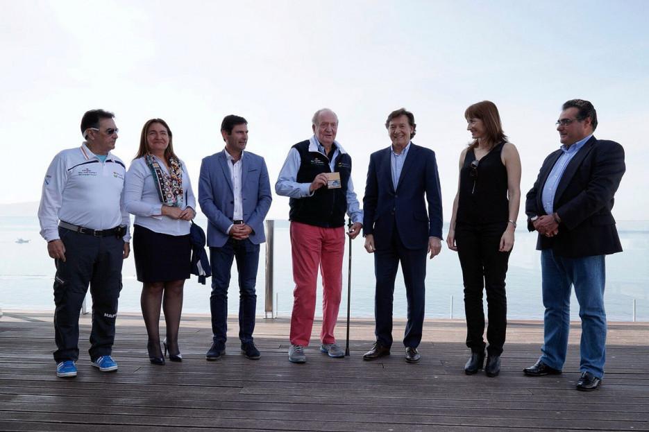 El presidente del Real Club Náutico de Sanxenxo, Pedro Campos, a la izquierda, con Ana Mª Ortiz, Gonzalo Pita, Juan Carlos I, José Ramón Lete, Marta Míguez y Manuel Villaverde
