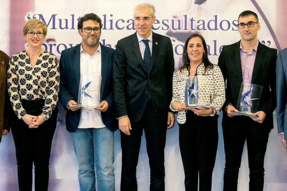 EL CONSELLEIRO FRANCISCO CONDE, en el centro, entre los premiados Santi Riveiro, Ana Fuentes y Manuel Barral, entre otros participantes en el acto celebrado esta semana