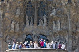Turistas en la entrada de la Sagrada Familia - FOTO: EFE