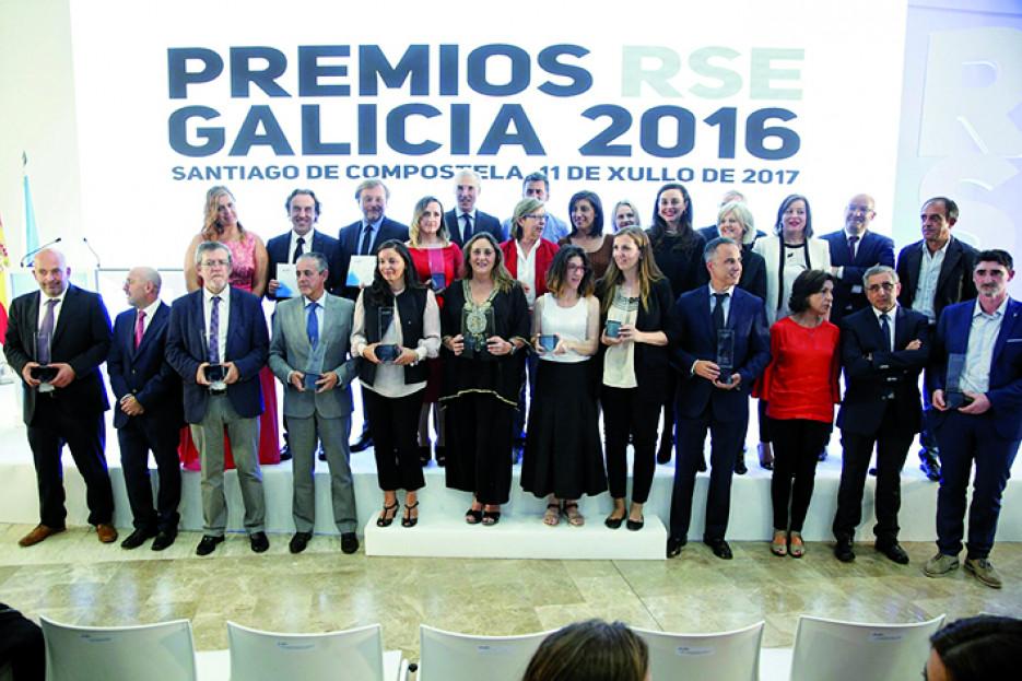 FOTO DE FAMILIA de autoridades y representantes de las empresas galardonadas tras la entrega de los Premios Galicia RSE celebrado esta semana en la Cidade da Cultura