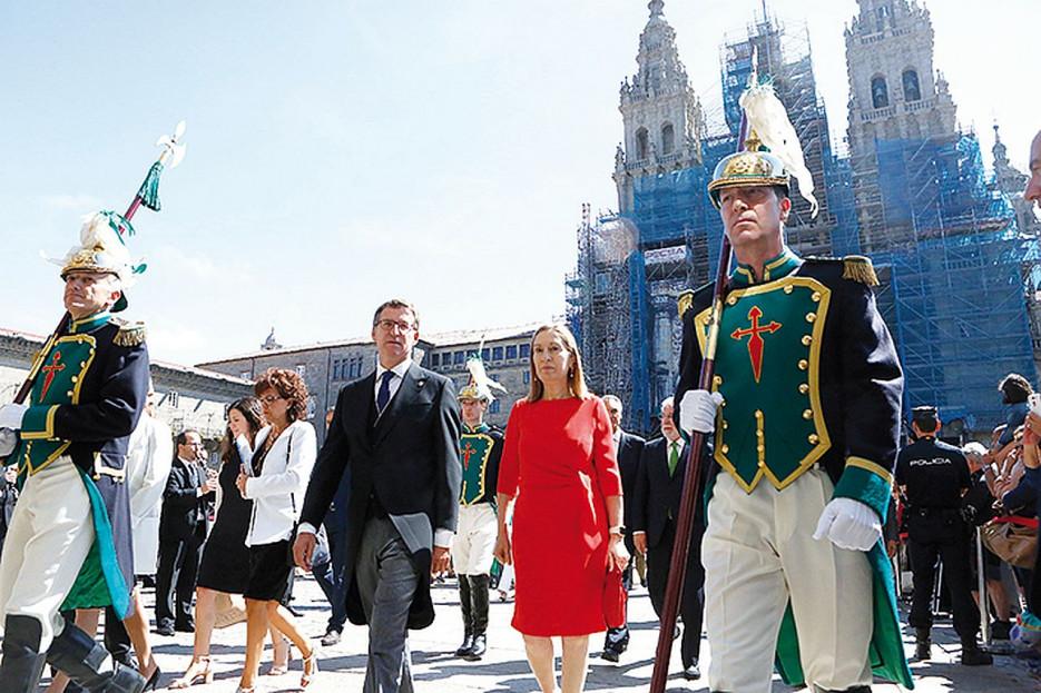 ALBERTO NÚÑEZ FEIJÓO, que ejerció de delegado regio en la Ofrenda al Apóstol, acompañado por la presidenta del Congreso, Ana Pastor. Foto: A.H.  - FOTO:  A.H.