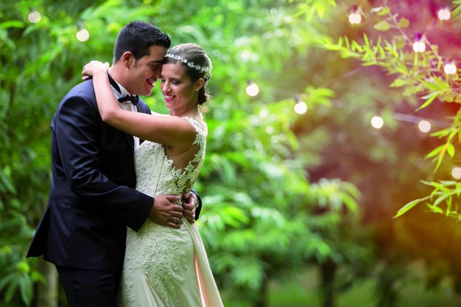 Los novios, Ana García y Alberte Hernández, en una actitud cariñosa después de darse el sí quiero en la ceremonia celebrada A Quinta da Auga.  - FOTO: Adolfo Enríquez