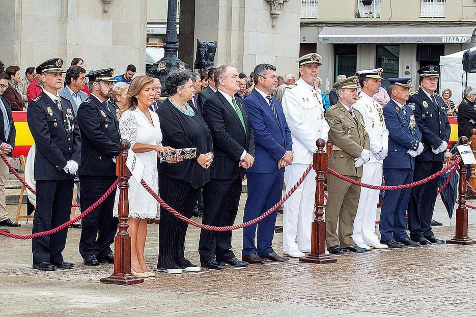 AUTORIDADES durante la Jura de Bandera de personal civil en el acto celebrado días atrás en la plaza de María Pita de la ciudad herculina, con motivo del 15 aniversario de la FLO
