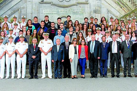 ACADÉMICOS, ofciales y alumnos-médicos que participaron en la jornada posaron para la fotografía ante la escalinata monumental de la Escuela Naval Militar de Marín