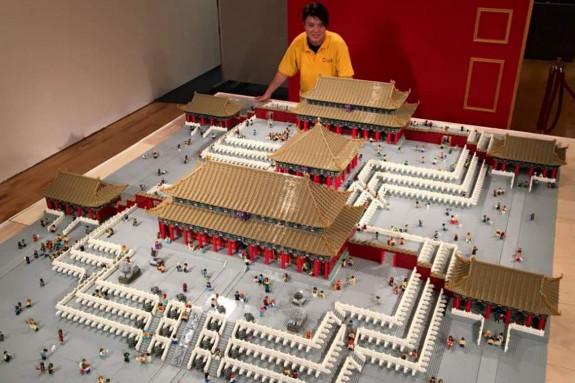Andy Hung posa con su reproducción de piezas Lego - FOTO: ANDYHUNG.COM