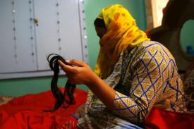 Una mujer musulmana cachemira sostiene un mechón de pelo cortado durante una protesta en Srinagar, la capital estival de la Cachemira india (India) - FOTO: EFE/Farooq Khan