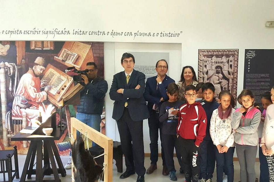 O secretario xeral de Cultura e o delegado territorial da Xunta de Galicia en Vigo visitaron a mostra que complementa a actividade e déronlles a benvida aos primeiros participantes do obradoiro, que se desenvolve en Redondela