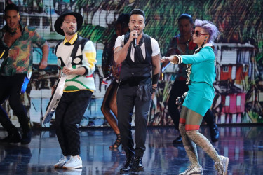 El cantante puertorriqueño Luis Fonsi (c) canta su tema 'Despacito' junto a Bomba Estéreo durante los XVIII Premios Grammy Latino - FOTO: EFE/Mike Nelson