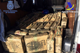 Fotografía facilitada por la Policía Nacional, que en una operación conjunta con la Agencia Tributaria y la Policía Judiciaria de Portugal, ha detenido a 19 personas y desarticulado así una organización dedicada al tráfico de hachís entre España y Portugal, a la que han intervenido más de cuatro toneladas de esta droga - FOTO: EFE