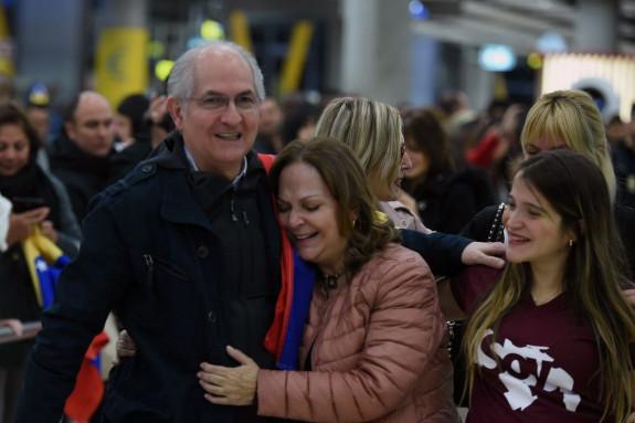 El alcalde metropolitano de Caracas y opositor venezolano, Antonio Ledezma (i), es recibido por su mujer, Michi Capriles (c), y sus hijas, a su llegada al aeropuerto de Madrid Barajas tras haberse fugado de Venezuela - FOTO: EFE/Fernando Villar