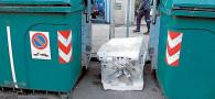 Más basura depositada fuera del contenedor
