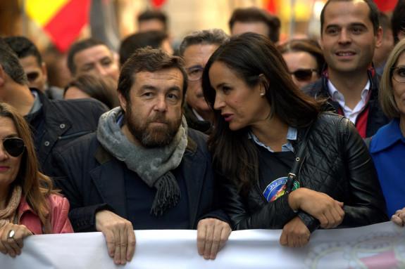 El secretario general y portavoz de Interior del Grupo Parlamentario Ciudadanos, Miguel Gutiérrez (izquierda), con la portavoz en el Ayuntamiento de Madrid, Begoña Villacís, durante la manifestación - FOTO: Efe