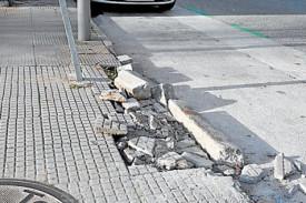 Acera destrozada en la calle Pelamios