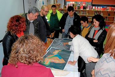 Blas García, primeiro pola esquerda, David Santomil, segundo esquerda, e a arquitecta ensinando o proxecto - FOTO: C.A.