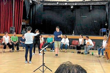Os membros do grupo de teatro de Aspamite nun dos ensaios de 'Estación de buses´ - FOTO: Aspamite