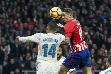 El delantero del Atlético de Madrid Fernando Torres (d) cabecea un balón ante Casdemiro, del Real Madrid, durante el partido de Liga en Primera División disputado en el Wanda Metropolitano. - FOTO:  EFE/Rodrigo Jiménez