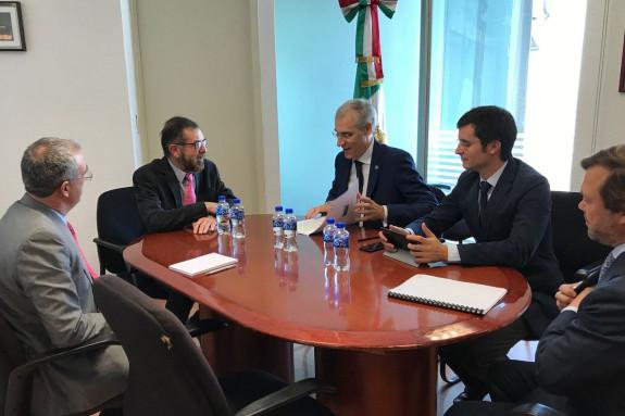 EN EL CENTRO, Conde atiende a las explicaciones de Muñozcano, en México - FOTO: XdG