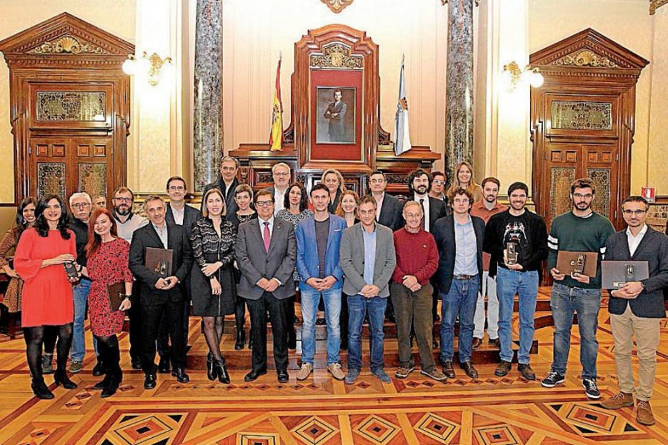 Fotografía de familia dos premiados e membros do xurado, co reitor Abalde - FOTO: CdAC