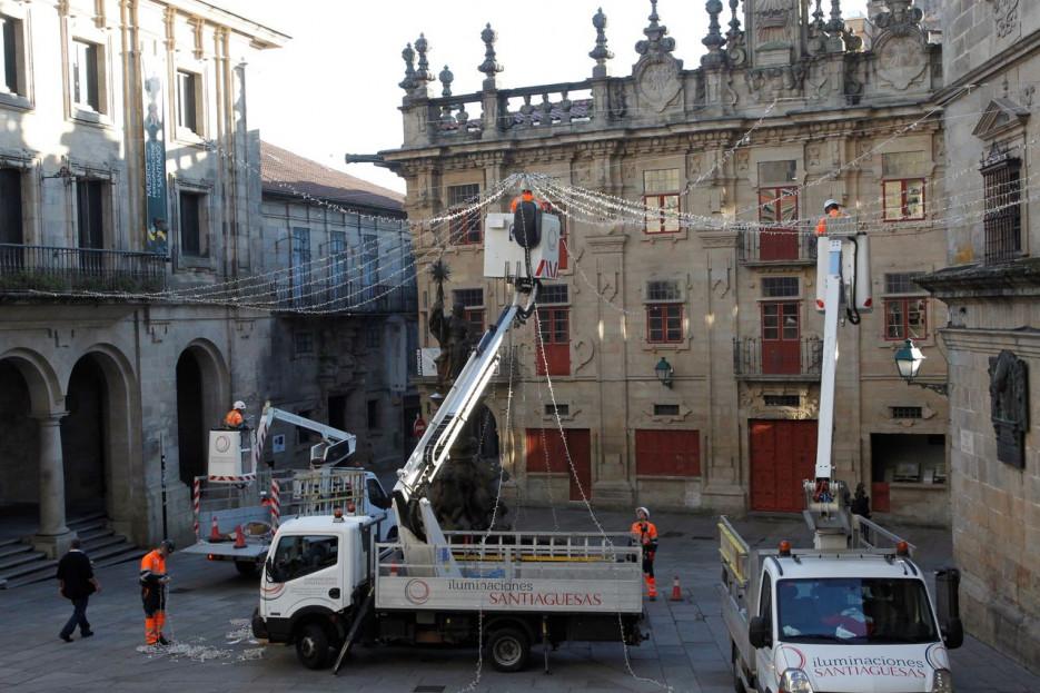 Operarios de la empresa Iluminaciones Santiaguesas ayer poniendo luces en la plaza de Platerías - FOTO: Antonio Hernández