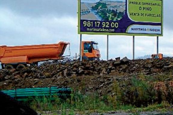 Un camión traballa nos terreos do polígono industrial do Pino - FOTO: S.F.