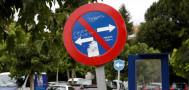 Señal de tráfico 'adornada' con pintadas