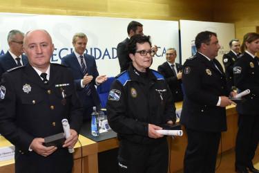 En primeiro plano, algúns dos axentes da Policía local que recibiron distincións - FOTO: Xunta