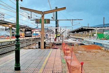 Trabajos que se están llevando a cabo en los andenes de la estación de Santiago para proceder a su adaptación a la Alta Velocidad - FOTO: ECG
