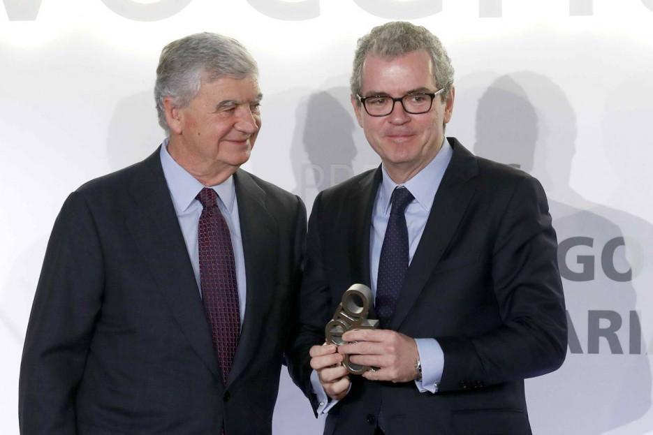 El presidente de Vocento, Santiago Bergareche, entrega a Pablo Isla el galardón - FOTO: Efe