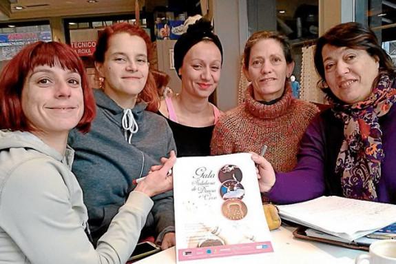 Raquel, izq., Marta, Paula y Loli, de Circonove y academias de danza, con Clara de Saa