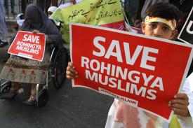 Karachi (Afghanistan), 10/09/2017.- Un niño sostiene un cartel pidiendo ayuda para los rohingyas en Afganistán - FOTO: EFE/EPA/SHAHZAIB AKBER