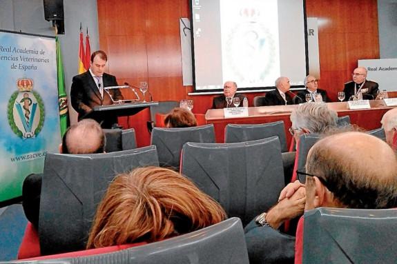Diego Conde, tras al atril, en su discurso de ingreso ayer en la Academia de Veterinaria