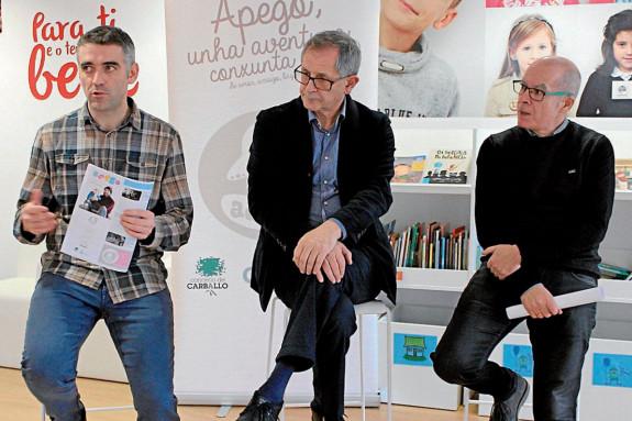 Pola esquerda, Nel Vidal, normalizador lingüístico de Carballo; o alcalde, Evencio Ferrero e o edil Xosé Regueira - FOTO: C.Carballo