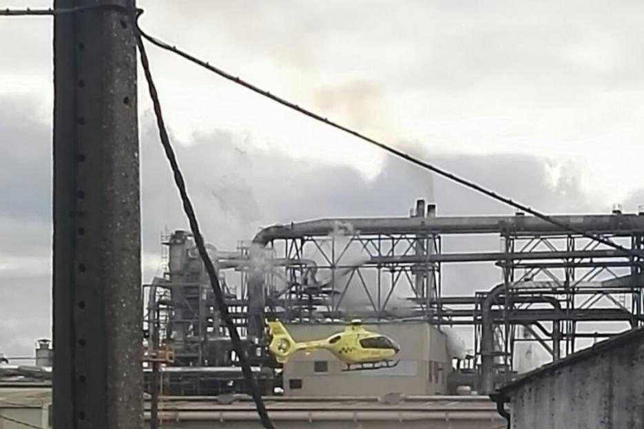 Un helicóptero del 061 sobrevuela la planta de Finsa para asistir a los heridos  - FOTO: TVG