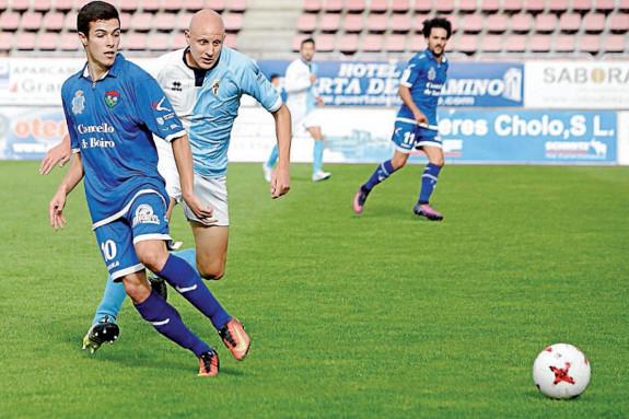 Uña pugna con Miki (10) en el partido de la primera vuelta ante el Boiro - FOTO: Antonio Hernández