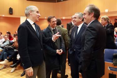 El conselleiro de Economía, Francisco Conde, a la izquierda, en el acto de presentación del mapa de ayudas - FOTO: Xunta