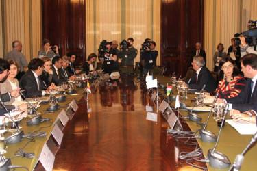 CARA A CARA, Espinosa y su equipo, izquierda, y la conselleira Ángeles Vázquez - FOTO: XDG