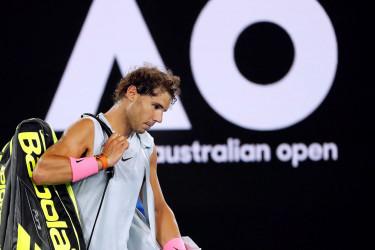 El español Rafa Nadal abandona la pista tras retirarse del partido ante el croata Marin Cilic en los cuartos de final del Abierto de Australia  - FOTO: EFE