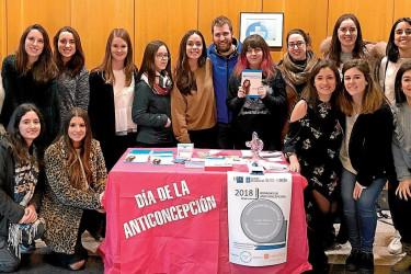 Algunos de los alumnos participantes en la mesa informativa del Día de la Anticoncepción, ayer en el hospital Clínico