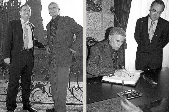 Charlton Heston visitó (en zapatillas) el pazo de Raxoi en 1999, durante el rodaje de una miniserie - FOTO: Antonio Hernández