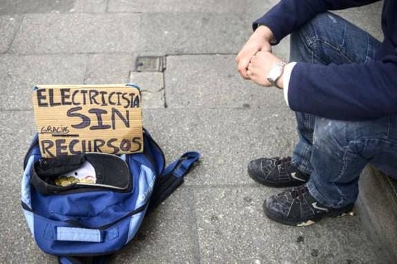 Imagen de una persona pidiendo ayuda en la calle de una ciudad gallega - FOTO: EFE/Brais Lorenzo