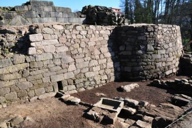 Baluarte exterior de defensa de la fortaleza de A Rocha Forte, que salió a la luz durante las excavaciones realizadas en los terrenos del antiguo castillo del Arzobispado de Santiago - FOTO: G.S.